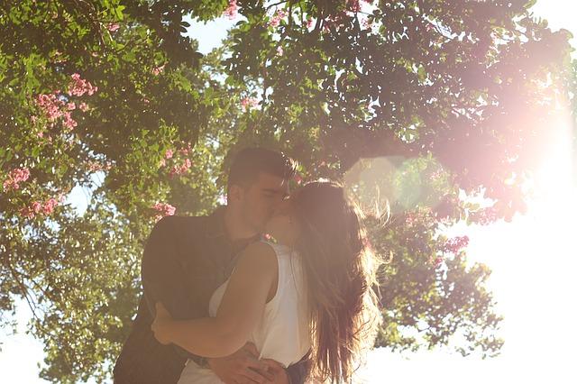 kissing-1149918_640